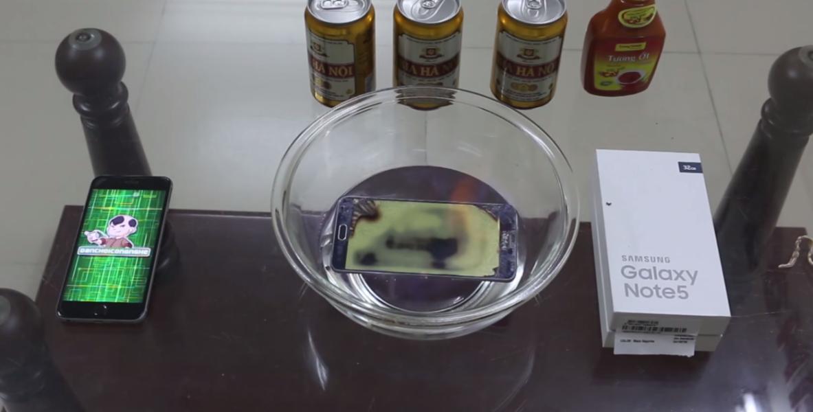 Un Samsung Note 5 che muore tra le fiamme! - Video