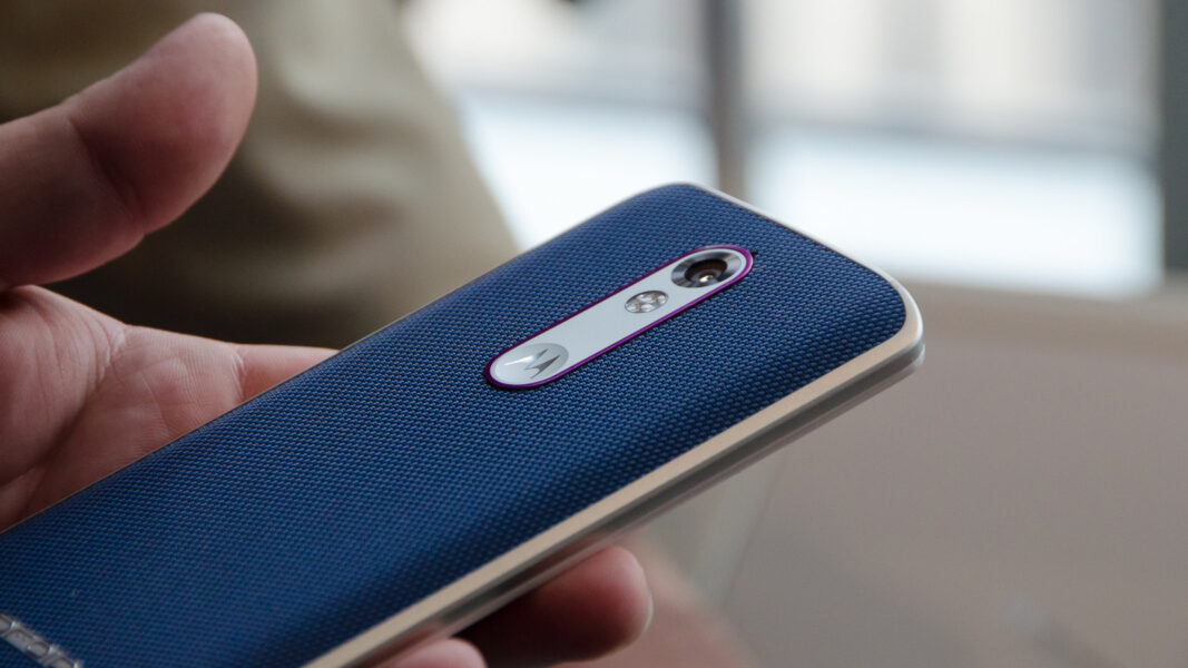 Il Motorola DROID Turbo 2 è resistente! - Video