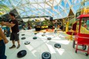 """Il robot aspirapolvere iRobot Roomba  sul set del cinepanettone """"Poveri ma Ricchi"""""""